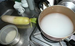 米のとぎ汁で大根をゆでると大根の苦味と大根の臭いを取り除き、なおかつ白くきれいにできる