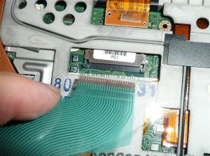 左右のラッチを緩めてキーボードコネクターを外す.JPG