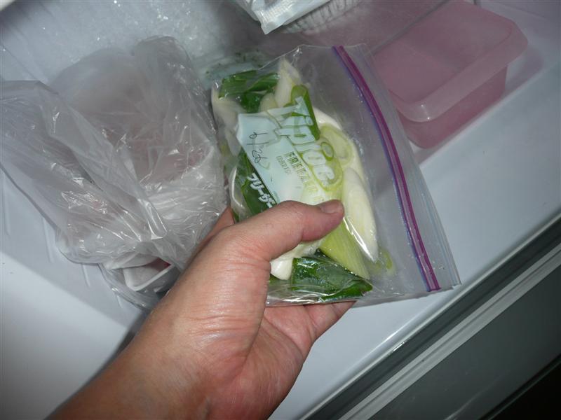 ジップロックにねぎを入れ冷蔵室へ