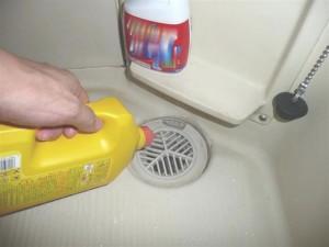 液体パイプクリーナーを流し込む