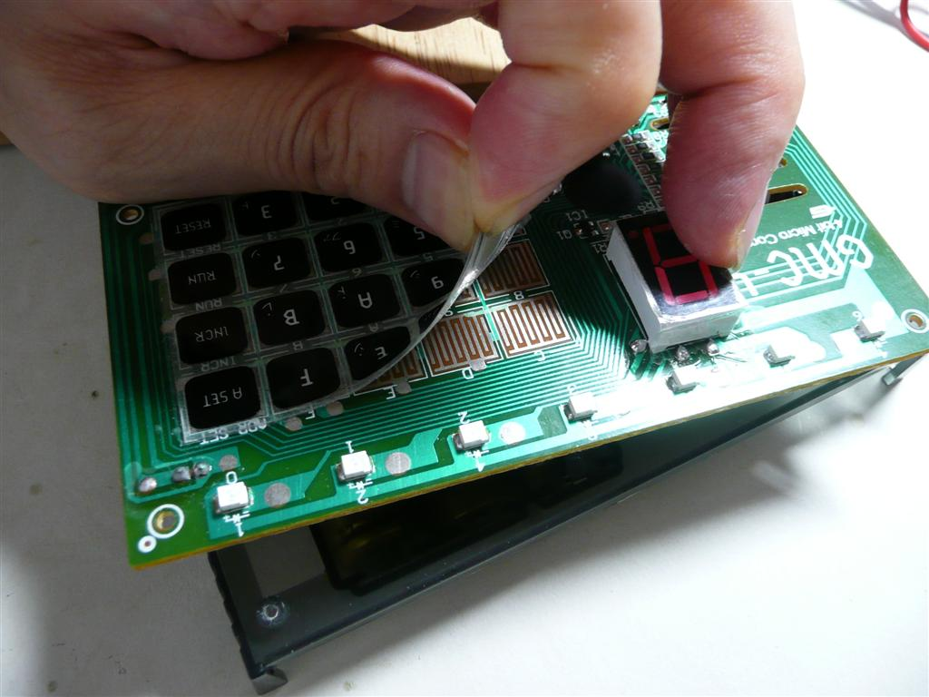 キーから信号を取り出すには、キーのシールを剥がす。ゆっくり剥がす