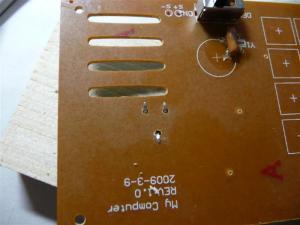 音量調節の半固定抵抗も穴をあけて固定