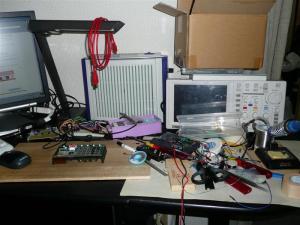 電子工作を1週間も続けると机の上がとんでもない事に
