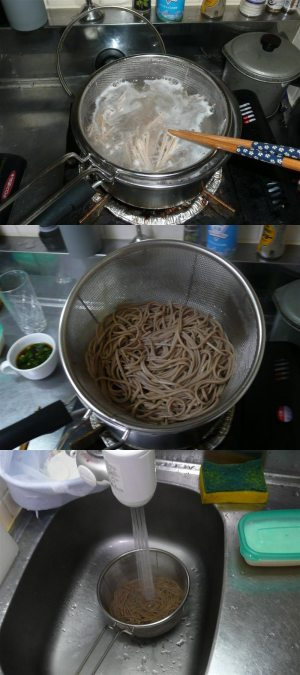 麺をゆでる。茹でたらすぐに水でヌメリを取る