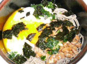 麺、とろろ、納豆、卵の順に入れ、ツユをかけて海苔をふって完成!!