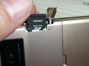 ケータイP-09AにマイクロSDHCをセット