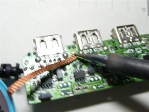 部品を外して、部品パッド部分をハンダ吸い取り線で掃除