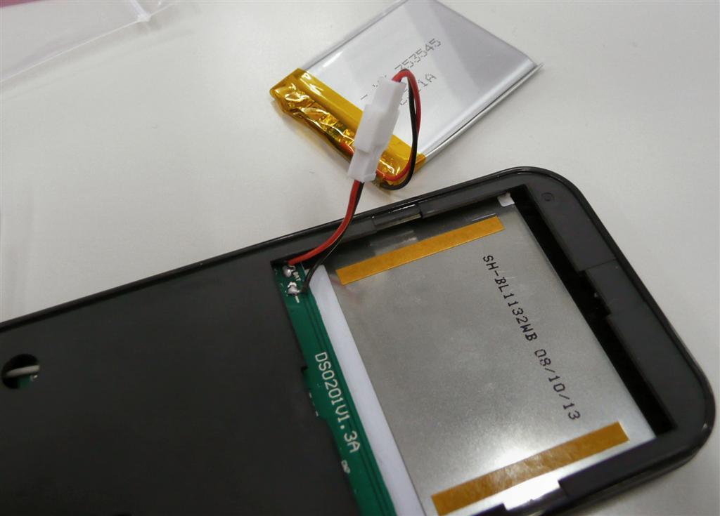 電池をセットして両面テープを剥がし、付属の板を貼り付けて完成