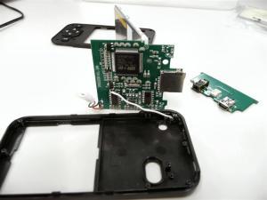 早速分解。基板は2枚構成になっており、スイッチ部分とメイン基板に分けられる。