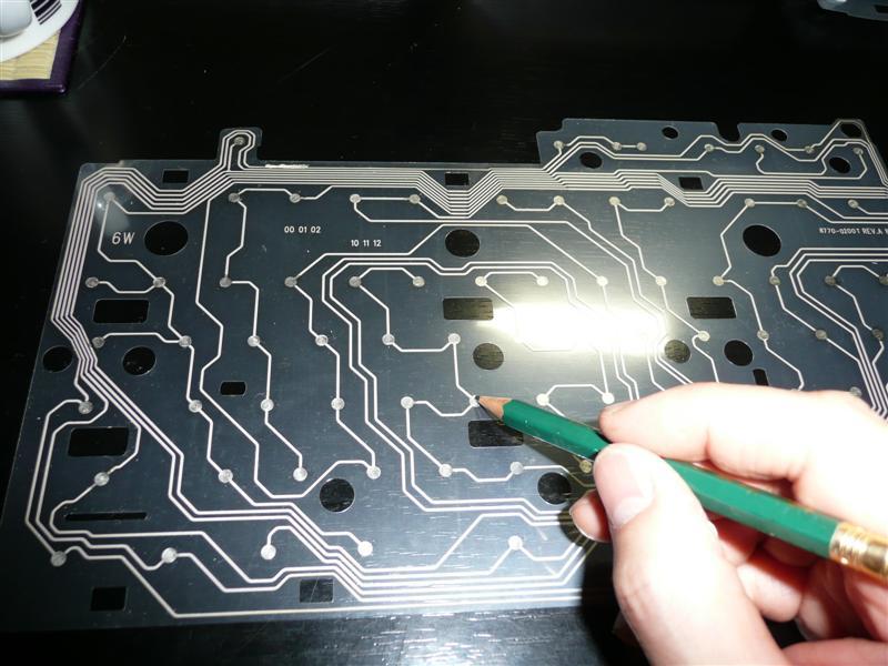 HBの鉛筆でキーボード接点を塗りつぶしていく