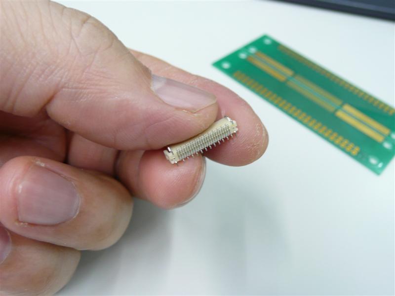 この0.5mmピッチのコネクターを使用する