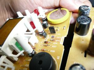 民生品の電源回路は3端子レギュレータを使わないで、トランジスタ+ツェナーD+シャント抵抗という構成が多い