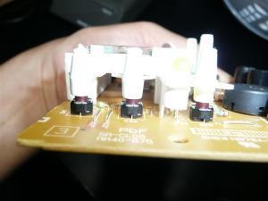 LCDを固定するモールドはスイッチの延長も行っている