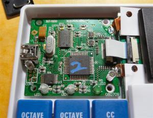 回路はAVRマイコン、USBブリッジ類で構成されている