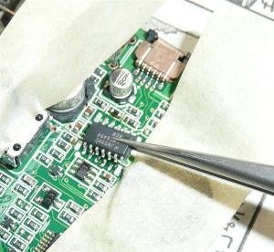換装するオペアンプを位置を確認しながら取り付ける