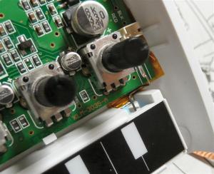アルミテープの上に絶縁シールを張って、電池のマイナスとアルミテープが接触するようにする