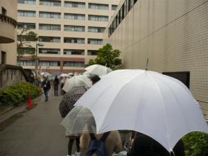 雨なのに、体育館入り口には行列ができていた