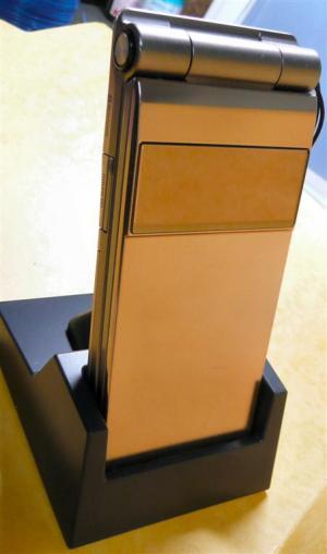 充電専用の卓上ホルダはコネクタの差込のわずらわしさから開放