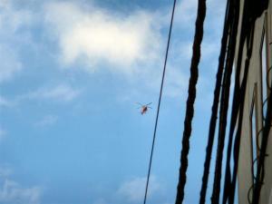 日本橋人形町の上空で低空飛行しているヘリ