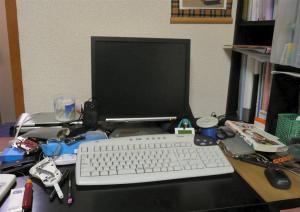 いつも散らかってしまう机、どうしたものか