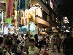 パール商店街の入り口の団子やは長蛇の列