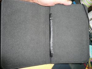 穴の部分は、ブックカバーのラッチ部分にも利用されている