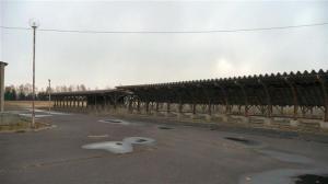 自転車置き場の屋根は雪の重みで曲がり