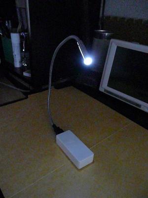 100円均一のUSB充電器とUSBのLEDライトを組み合わせる