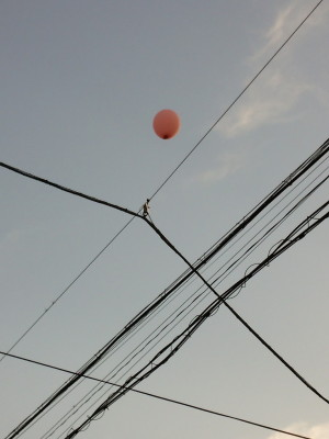電線に引っかかった風船